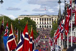 OSLO 20110517  17.Mai på Karl Johansgate i Oslo. Slottet i bakgrunnen. FOTO: FRODE HANSEN/VG